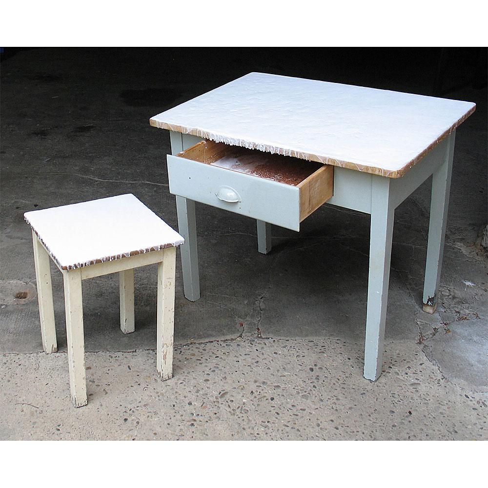 """Aus dem Zyklus """"TROST & HILFE"""": WachsTisch, Tisch mit Schublade, Hocker, überwachst, 85 x 60 x 77 cm"""